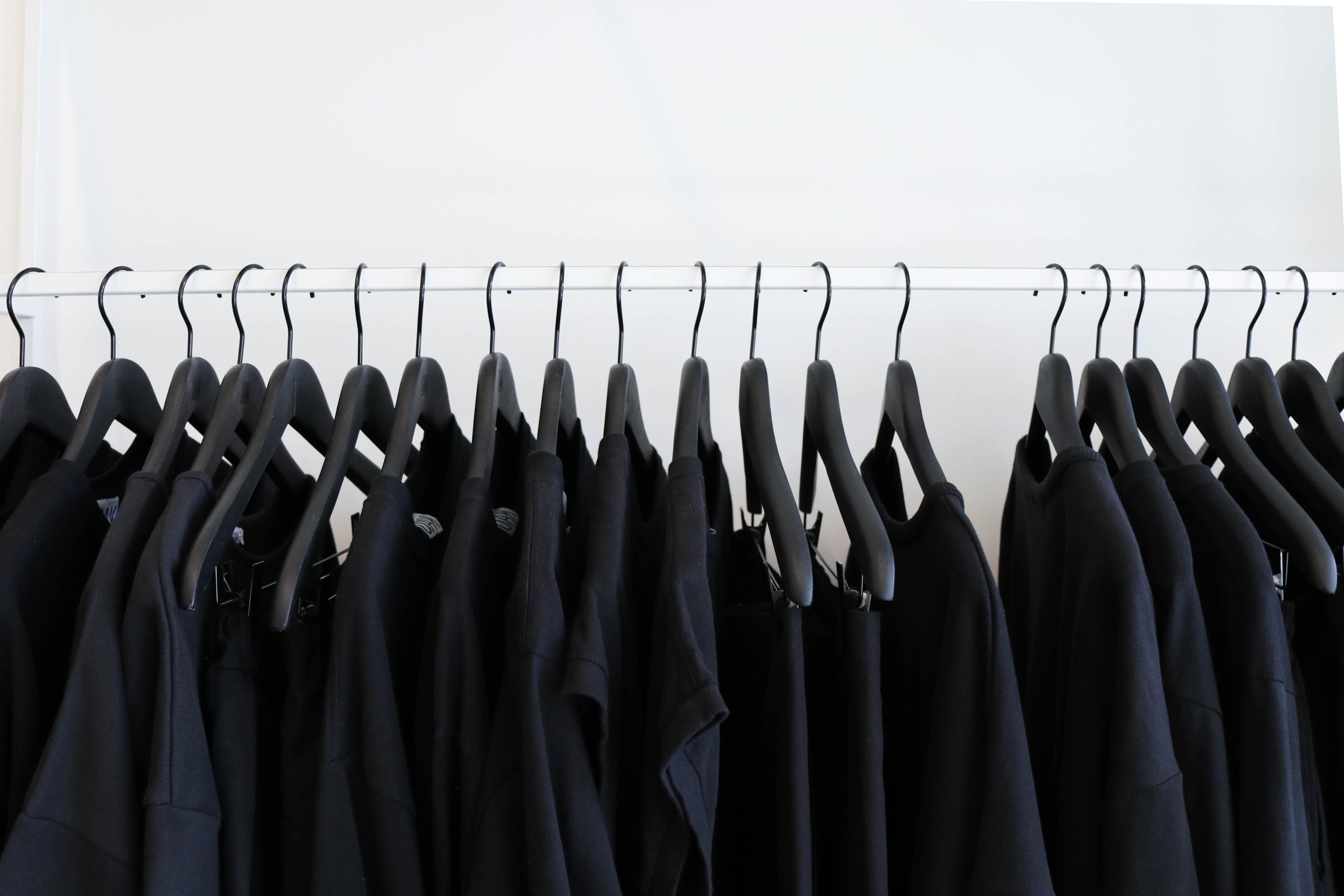 Cabide com roupas pretas