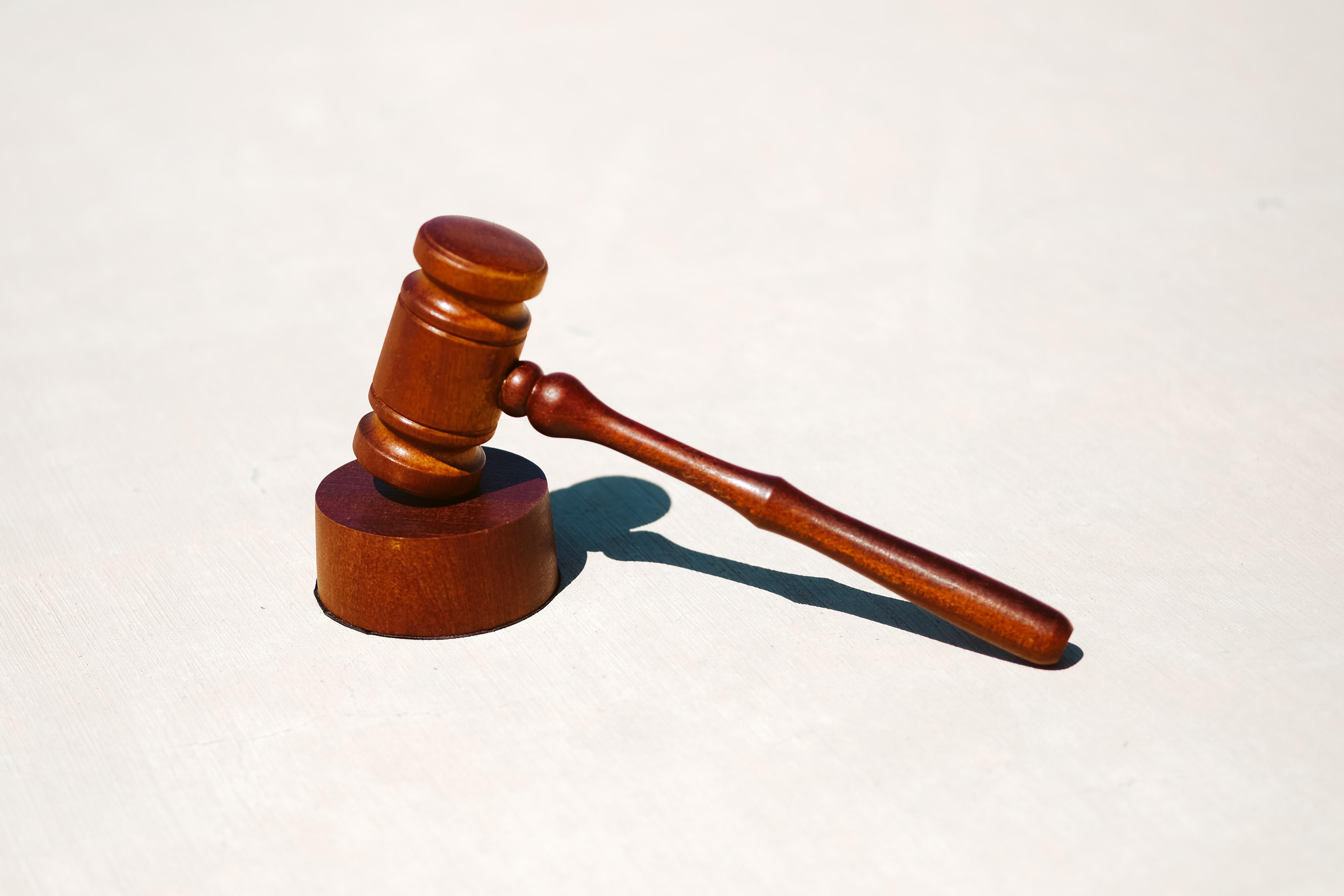 Imagem com um martelo representando o curso de Direito