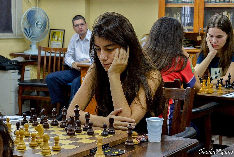 Júlia jogando Xadrez