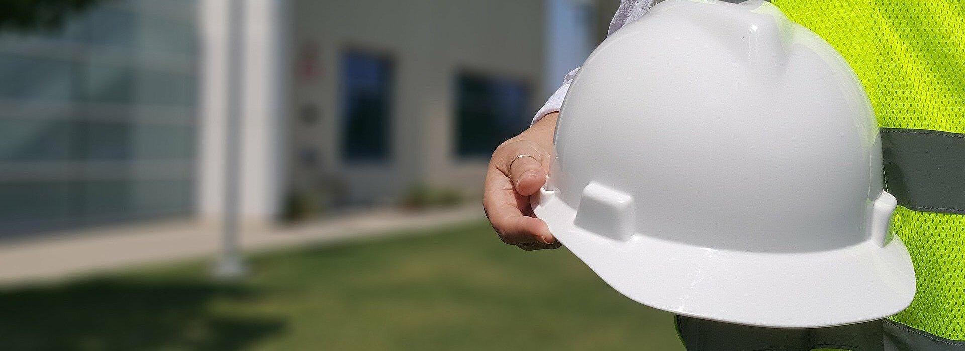 Imagem com um capacete de segurança branco, utilizado na engenharia civil