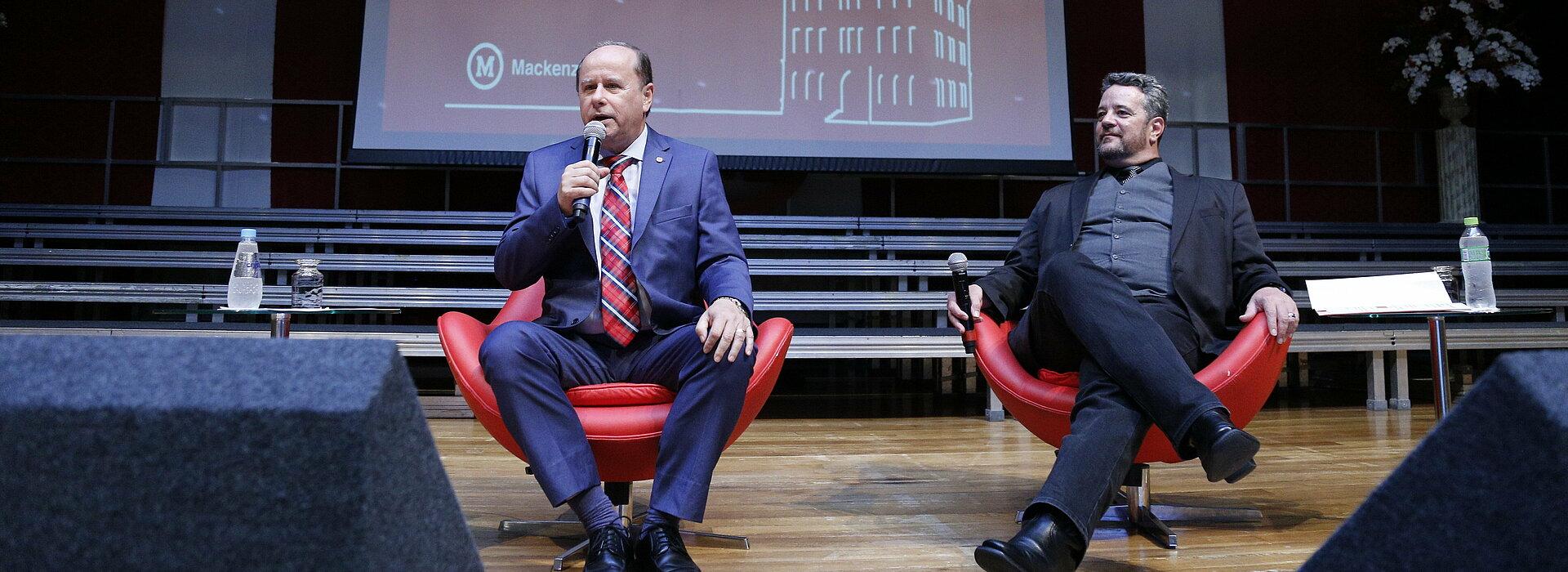 Reitor Benedito Guimarães Aguiar Neto à esquerda e chanceler Davi Charles Gomes à direita.