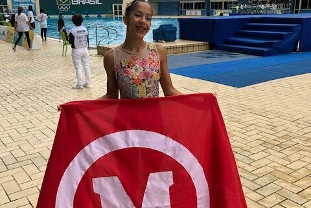 Ana Clara Machado segurando bandeira do mackenzie