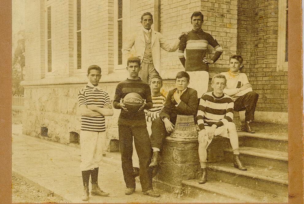 Foto com participantes do primeiro time de basquete do Mackenzie