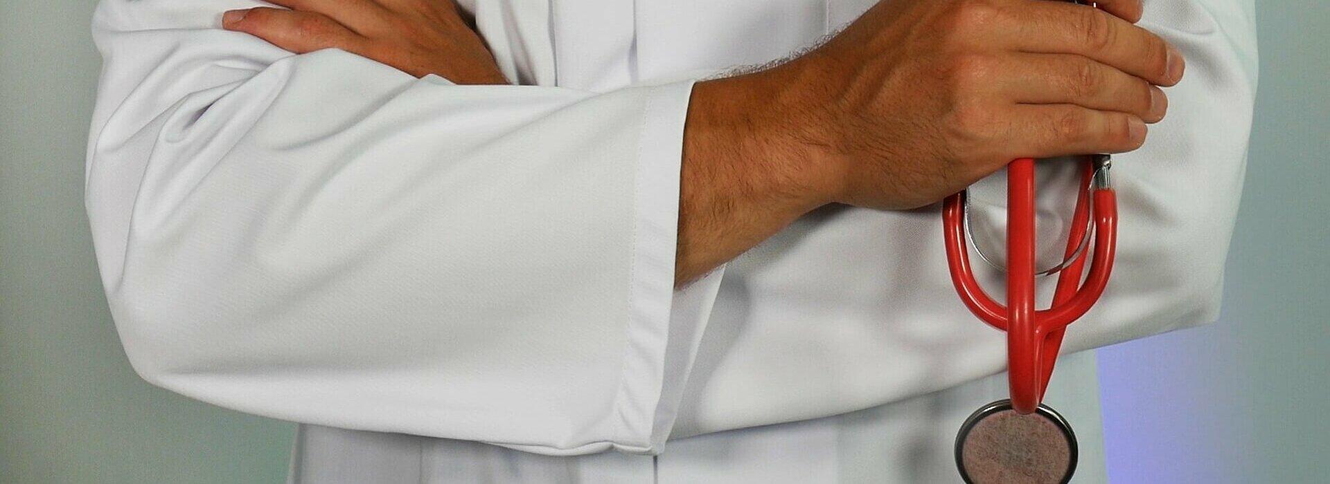 médico de braços cruzados