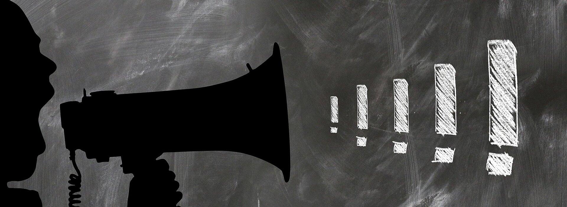 megafone no quadro negro com exclamações