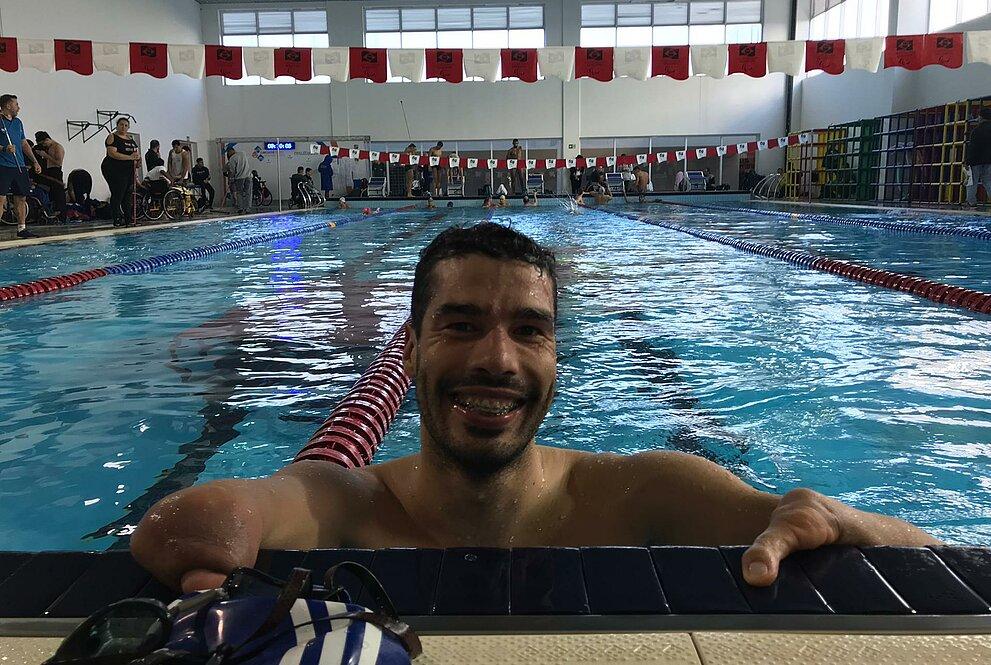 Atleta na beira da piscina