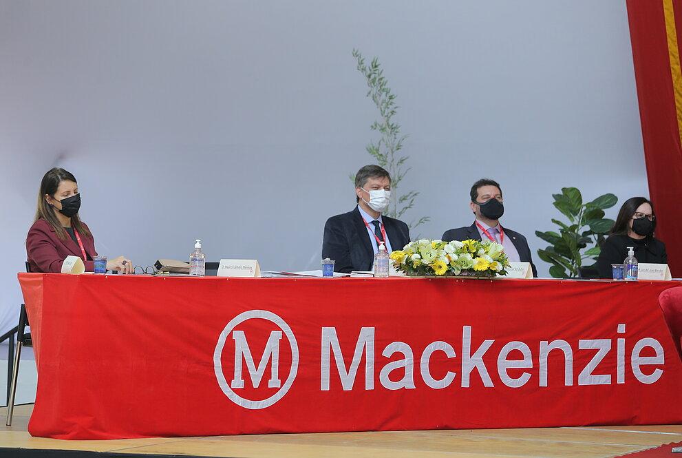 Mesa com dois homens e duas mulheres