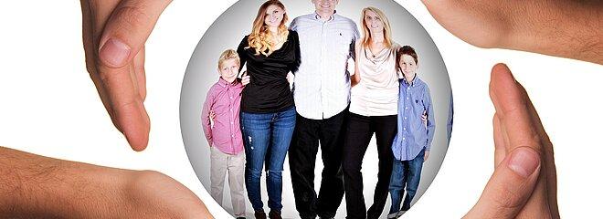 família de quatro pessoas, sendo duas adultas e duas crianças, envolta em um círculo