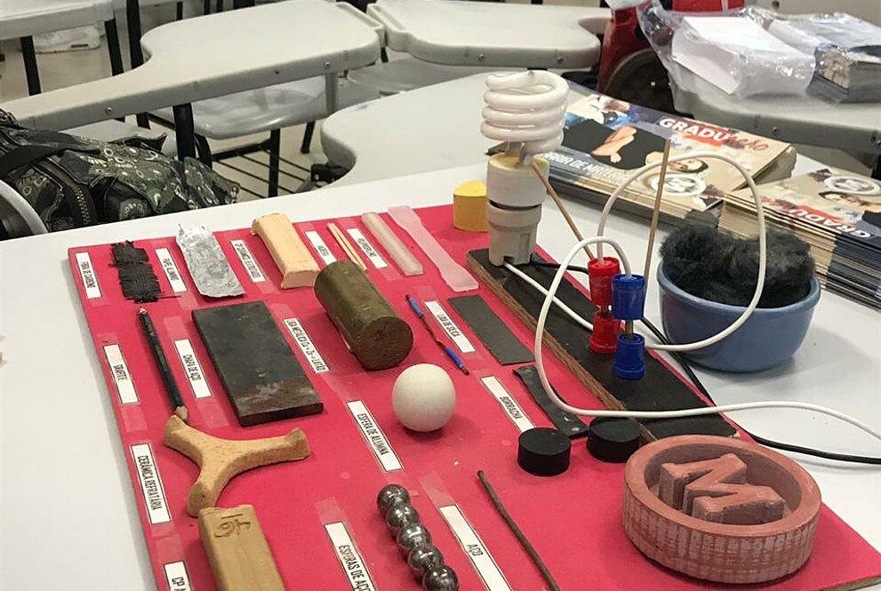 Mesa com diversos objetos produzidos pelos cursos de Engenharia