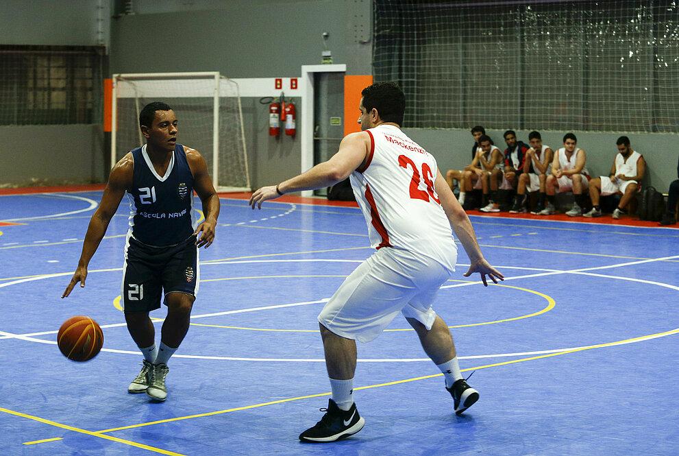 Escola Naval e Mackenzie na modalidade basquete.
