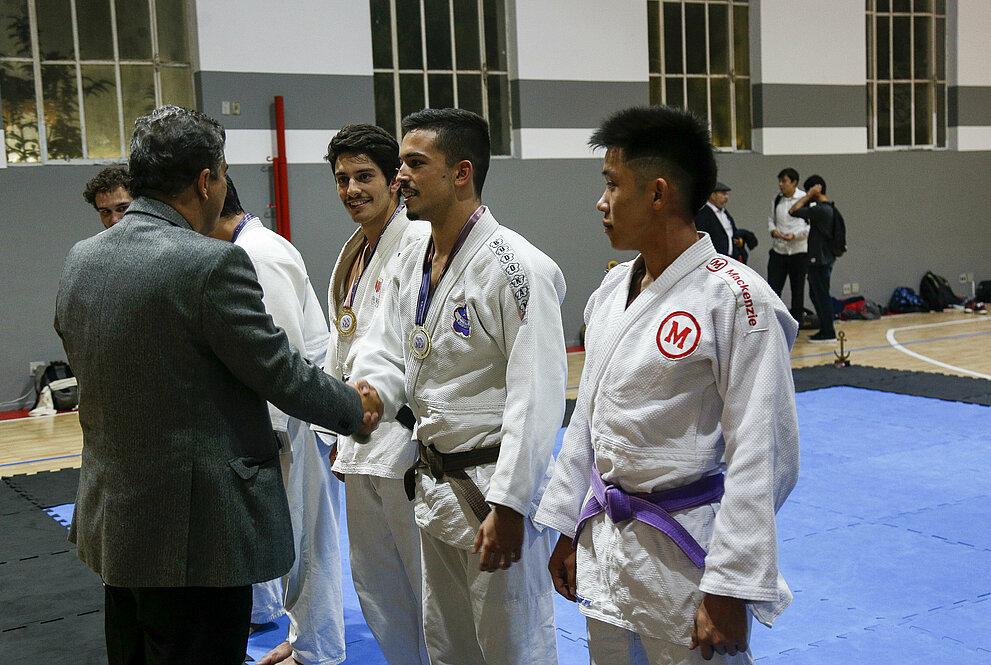 Atletas recebendo medalhas.