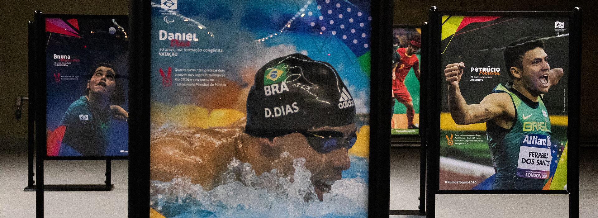 Painéis com fotos dos atletas paralímpicos atuando em suas diversas modalidades