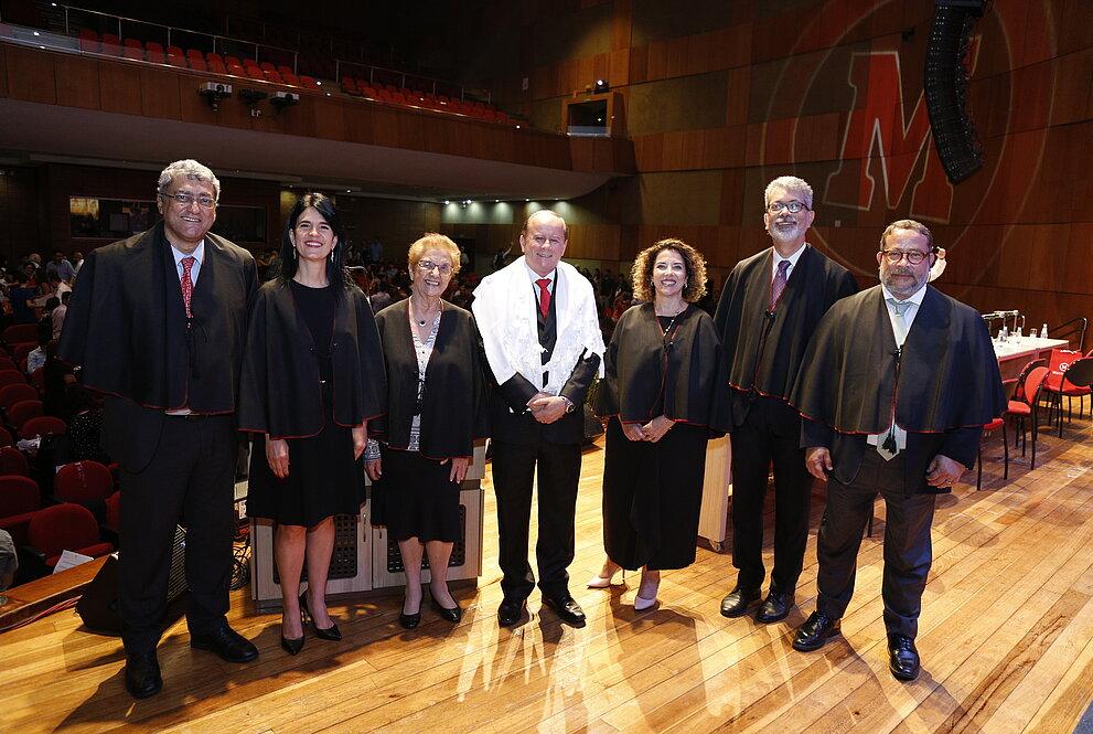 Autoridades posam para foto no palco do auditório Ruy Barbosa.