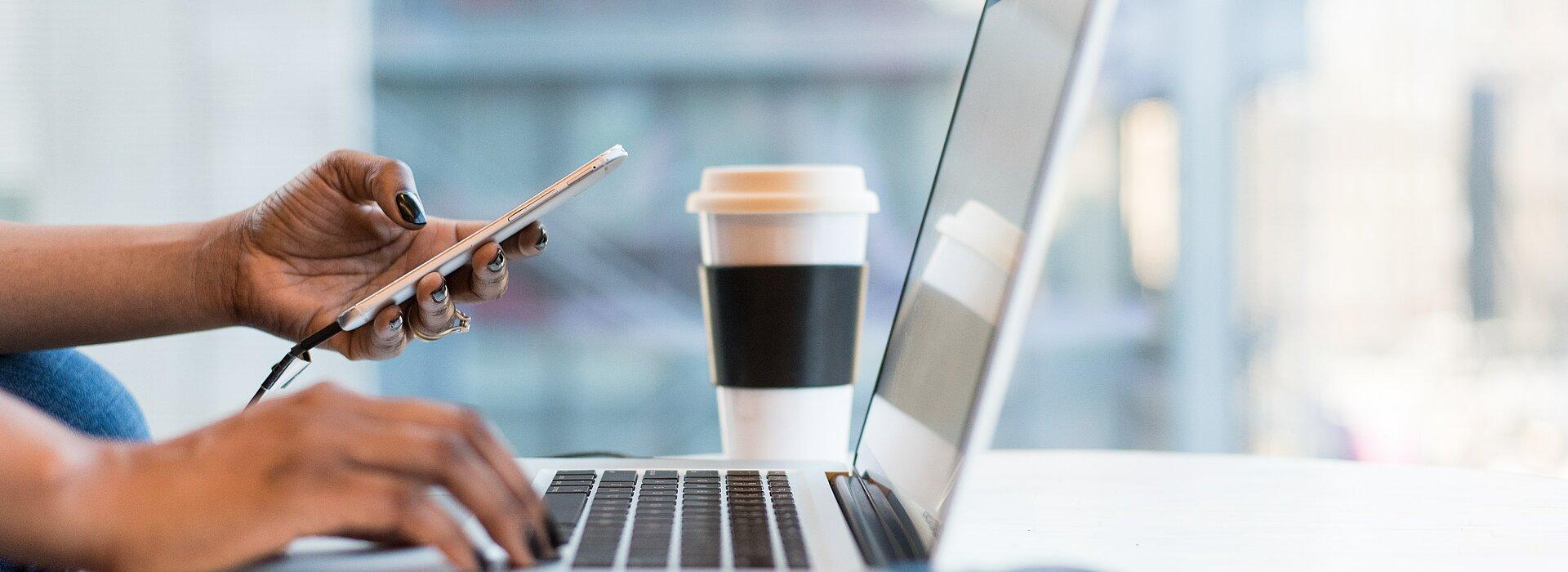 mulher trabalhando com celular e notebook