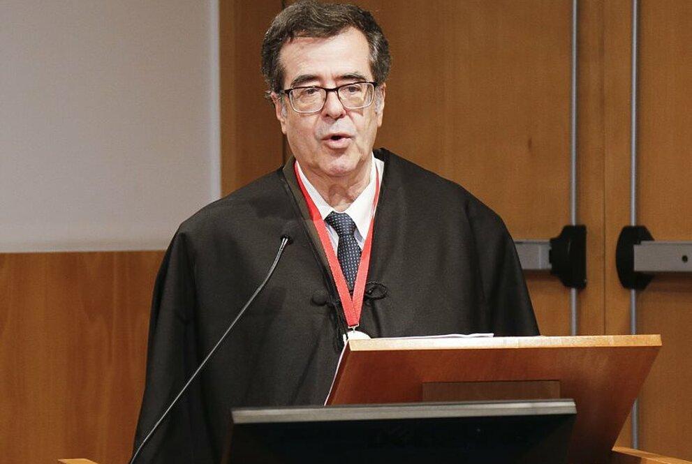 Um homem no púlpito fazendo um discurso