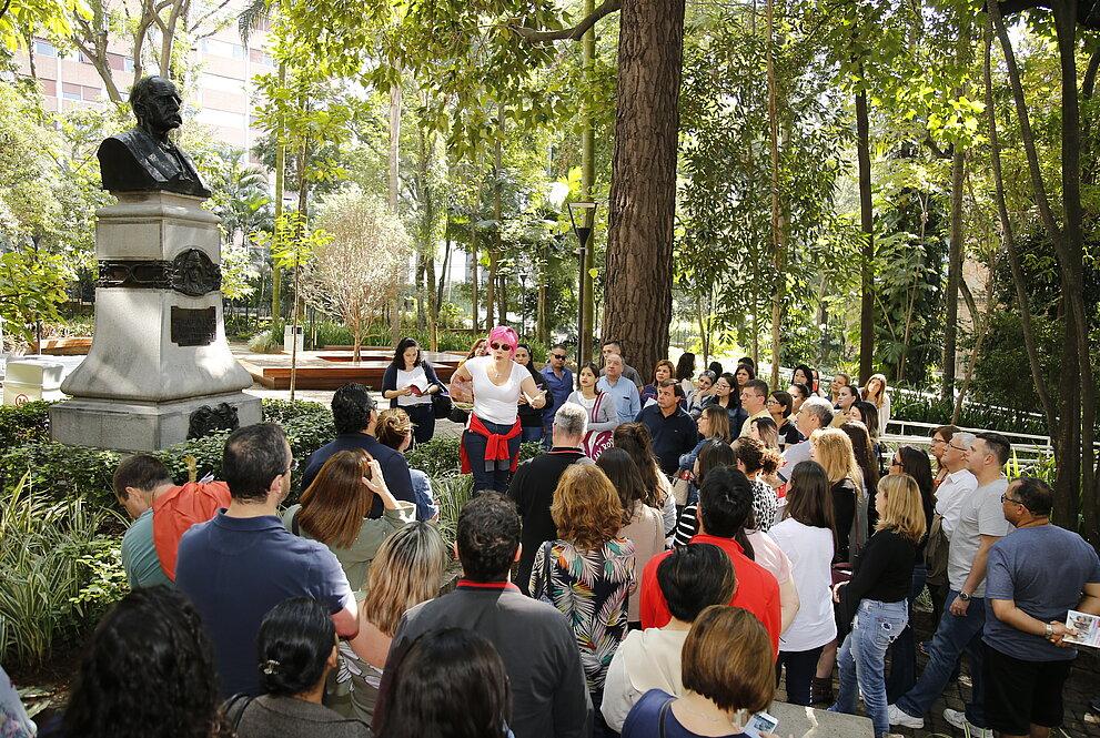 multidão reunida em meio ao Bosque