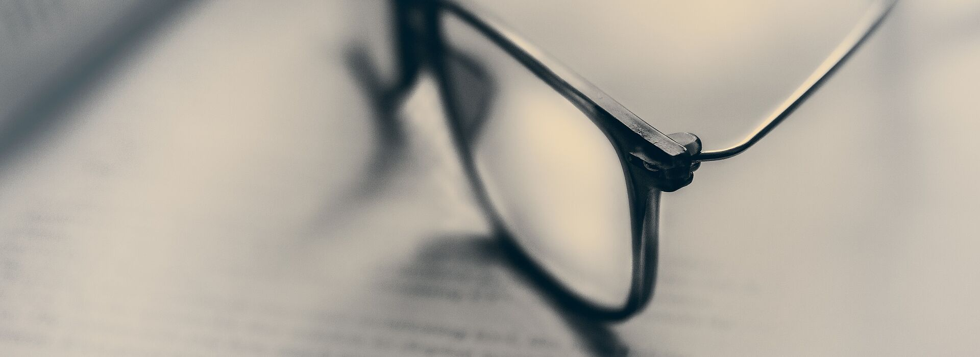 óculos sobre páginas de livro