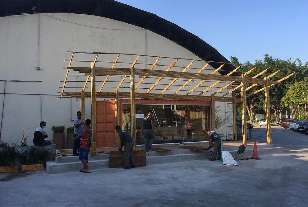 Na foto, ainda no começo da obra, homens trabalham na construção da cozinha comunitária.
