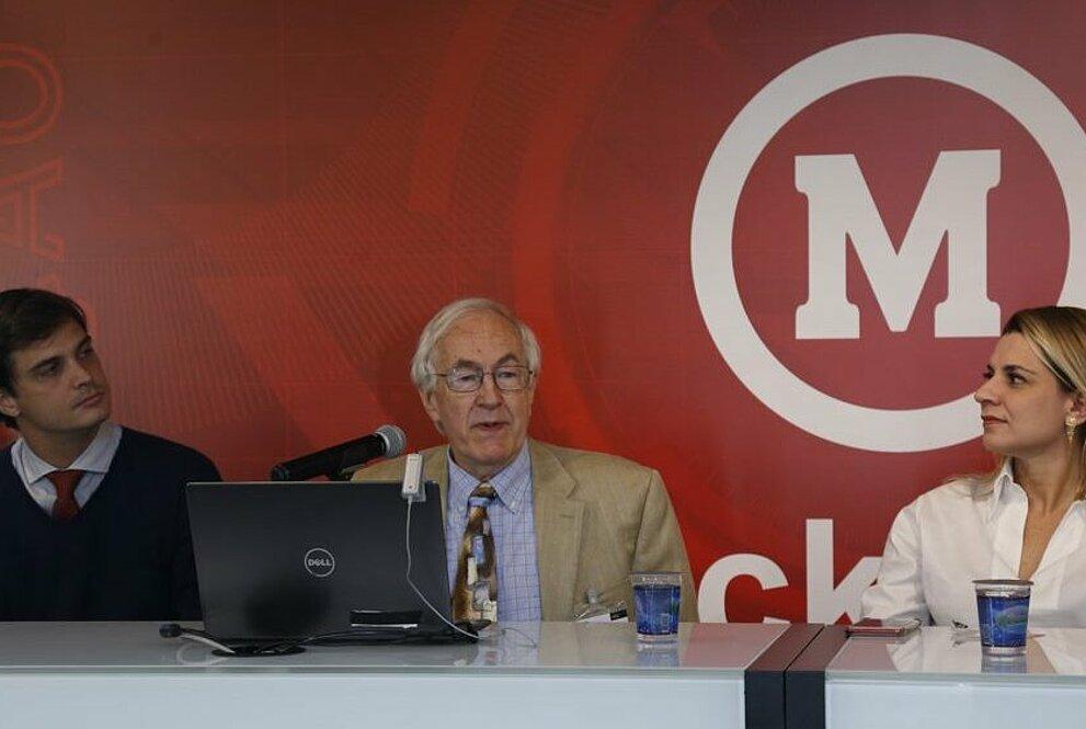 Da esquerda para a direita: Pedro Buck, Richard Roe e Regina Jorgeti. Todos sentados na mesa de apresentação.