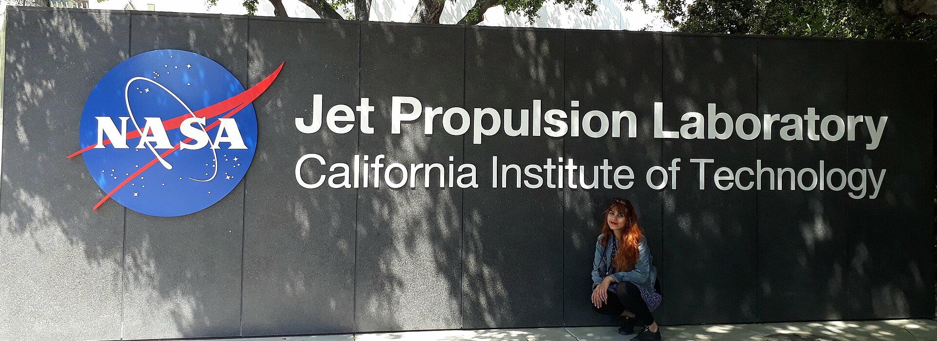 Raissa Estrela em frente a fachada da NASA