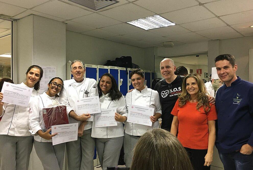 Alunos ganhadores do concurso com os jurados e professores.