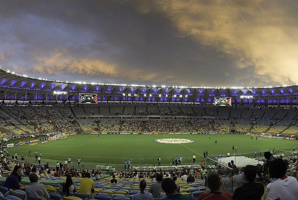 Na foto, o estádio do maracanã com torcedores