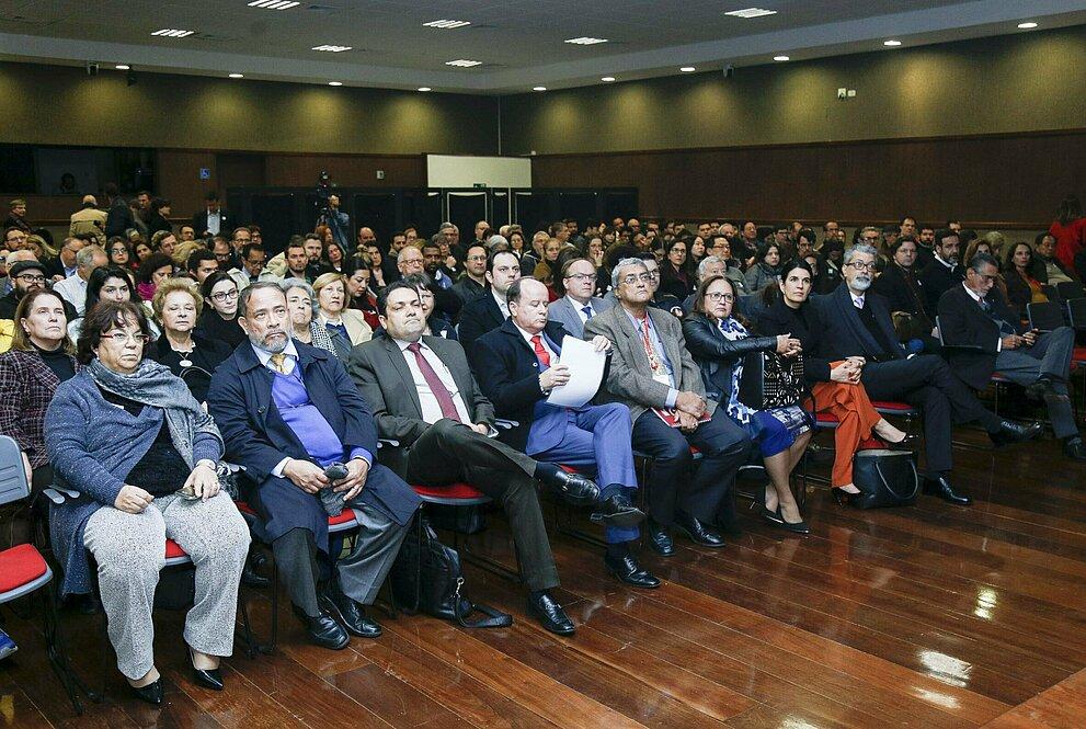 Plateia da Aula Magna composta por autoridades, professores e alunos.
