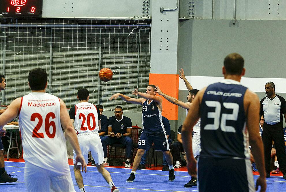 Atletas do Mackenzie e da Escola Naval durante disputa do basquete.