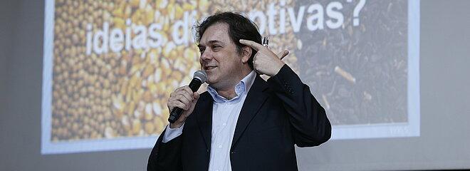 Paulo Silvestre durante apresentação no palco do auditório escola americana no mackenzie