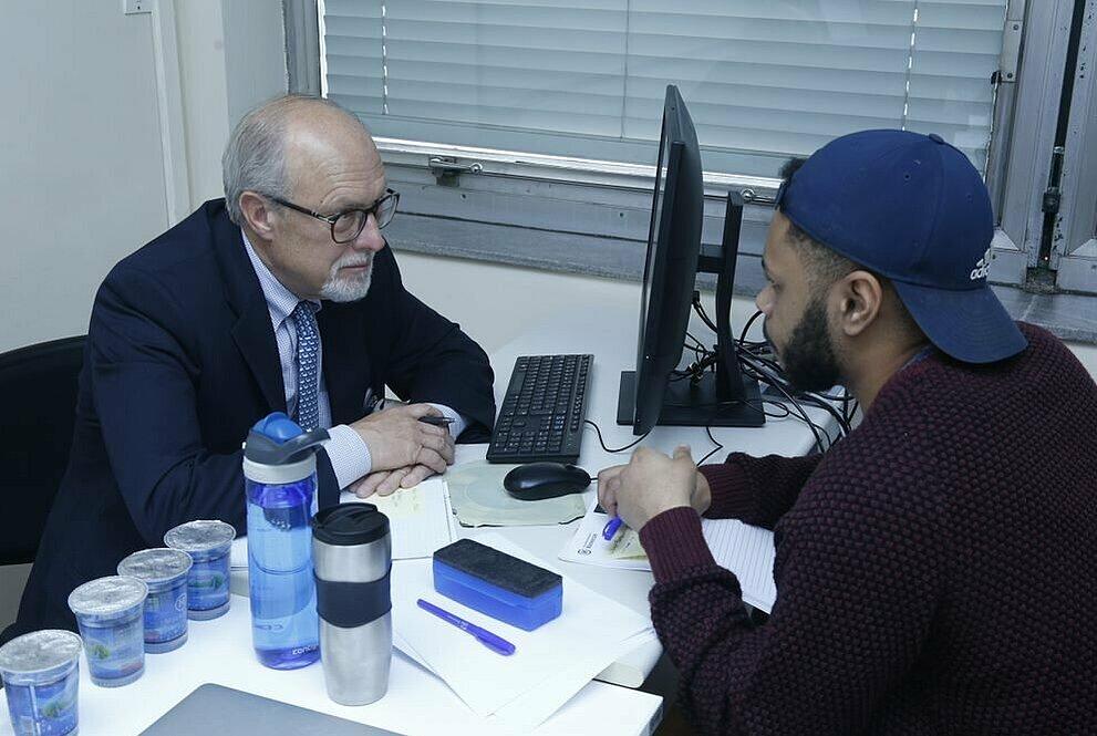 Walter Bardenwerper com o estudante Rodrigo Paixão na sala de aula.