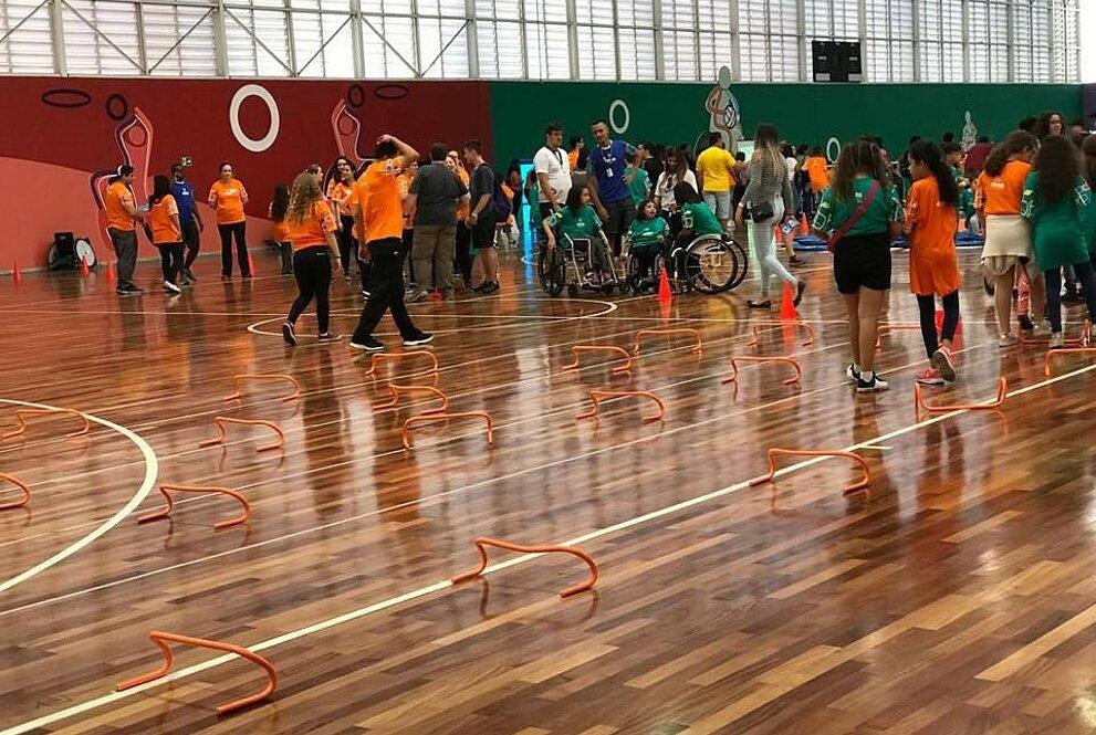 Voluntários e participantes no Festival Paralímpico