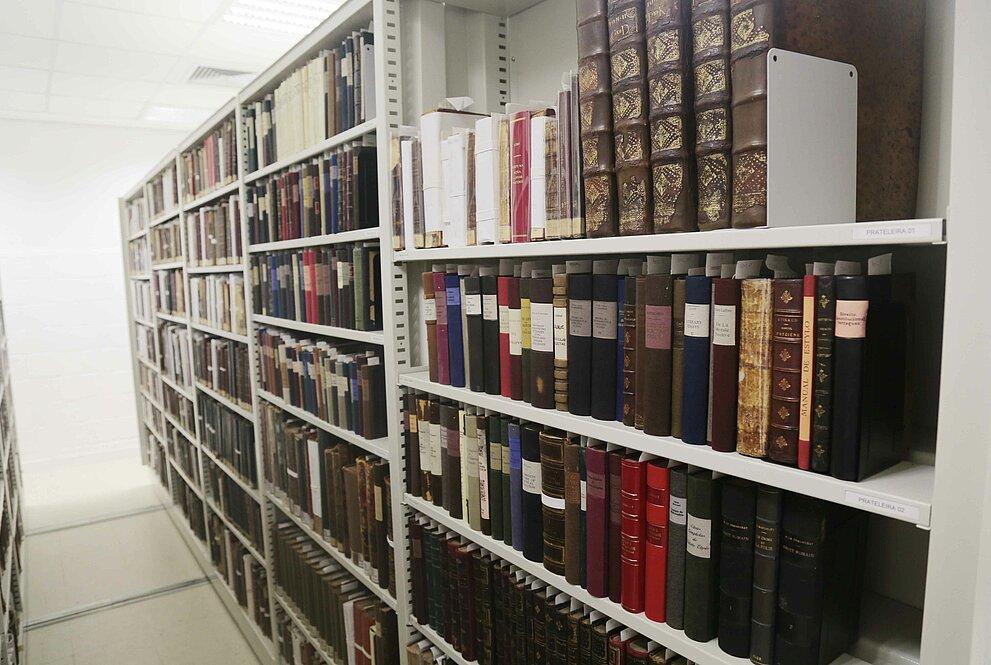 estantes com diversos livros
