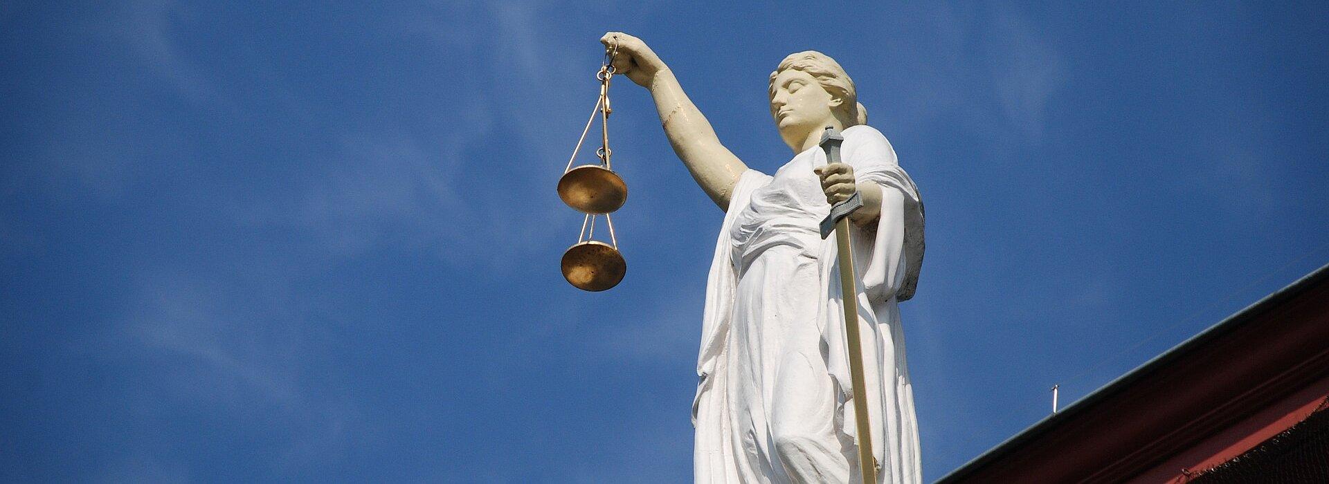 simbolo da justiça. mulher vendada com uma balança nas mãos