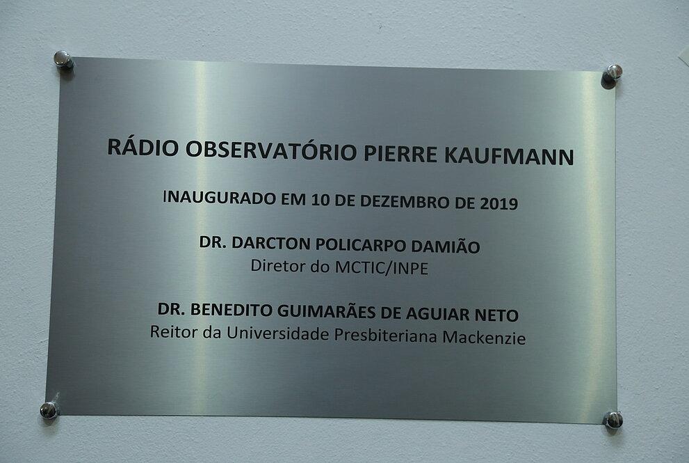 placa de metal usada para indicar a reinauguração do rádio observatório