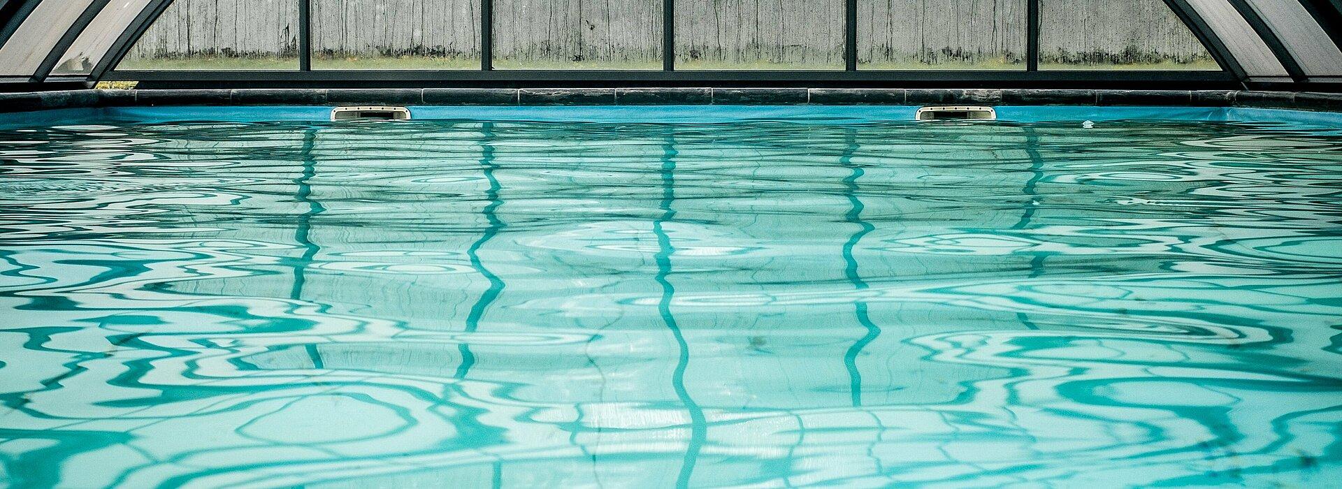 Foto de uma piscina, superfície da água.