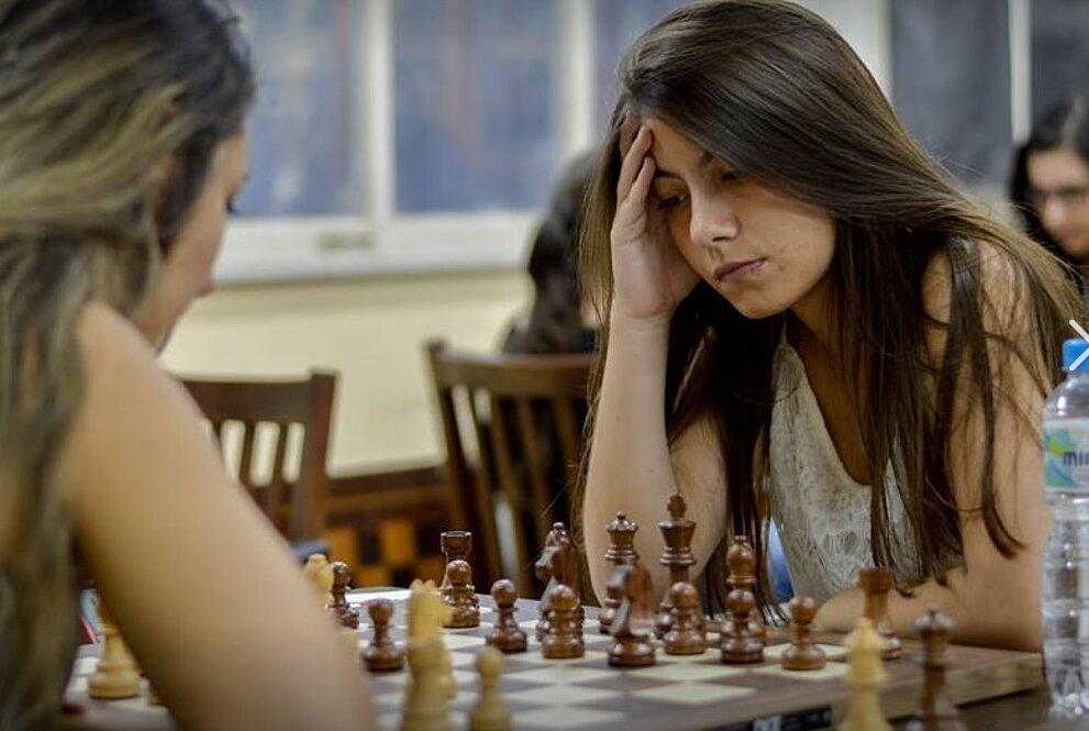 Júlia durante um jogo de xadrez