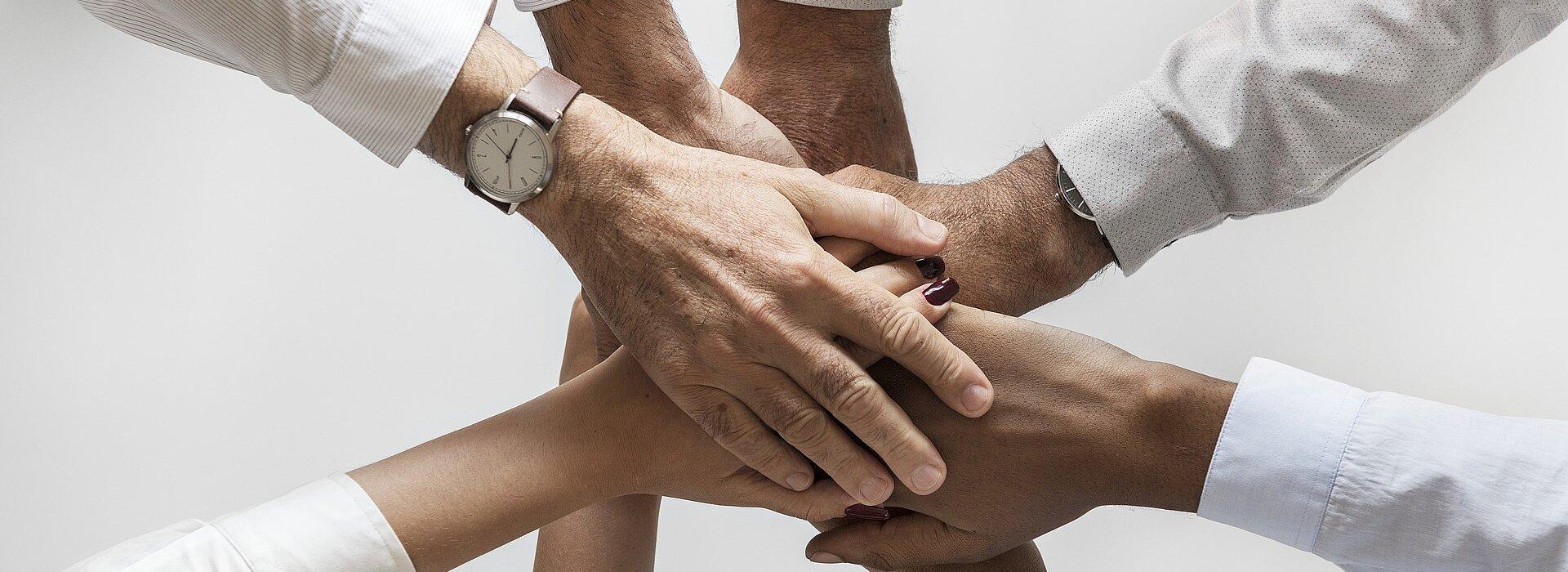 mãos unidas ao centro