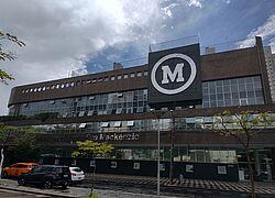 Foto da fachada da FEMPAR, em Curitiba, com o logo do Mackenzie.