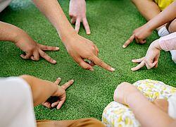 mãos de crianças