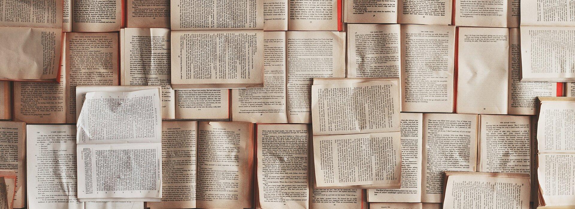 Imagem com vários livros abertos