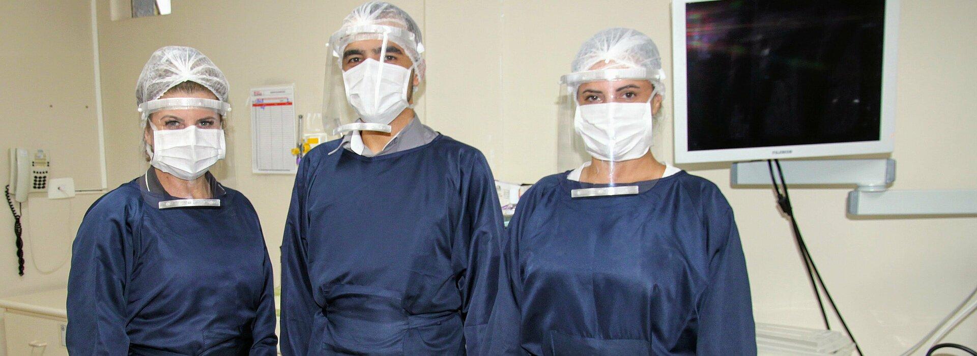 Médicos do HUEM posando com as novas máscaras