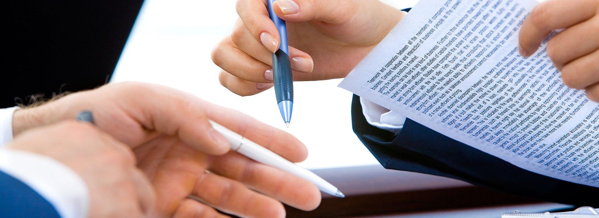 mãos de pessoas sobre uma mesa enquanto elas conversam