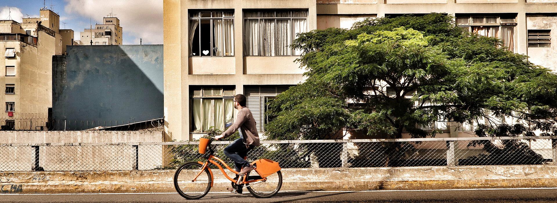 homem andando de bicicleta sobre o Elevado João Goulart