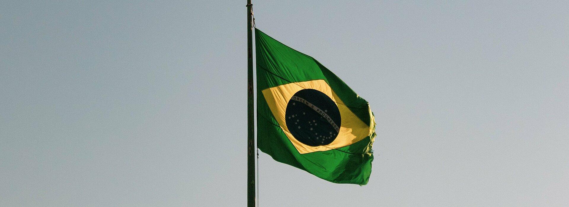 Bandeira do Brasil contra um céu de fim de tarde