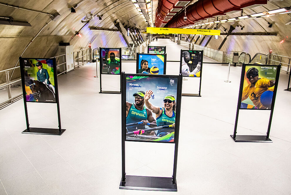 Painéis com fotos dos atletas paralímpicos na estação do metrô