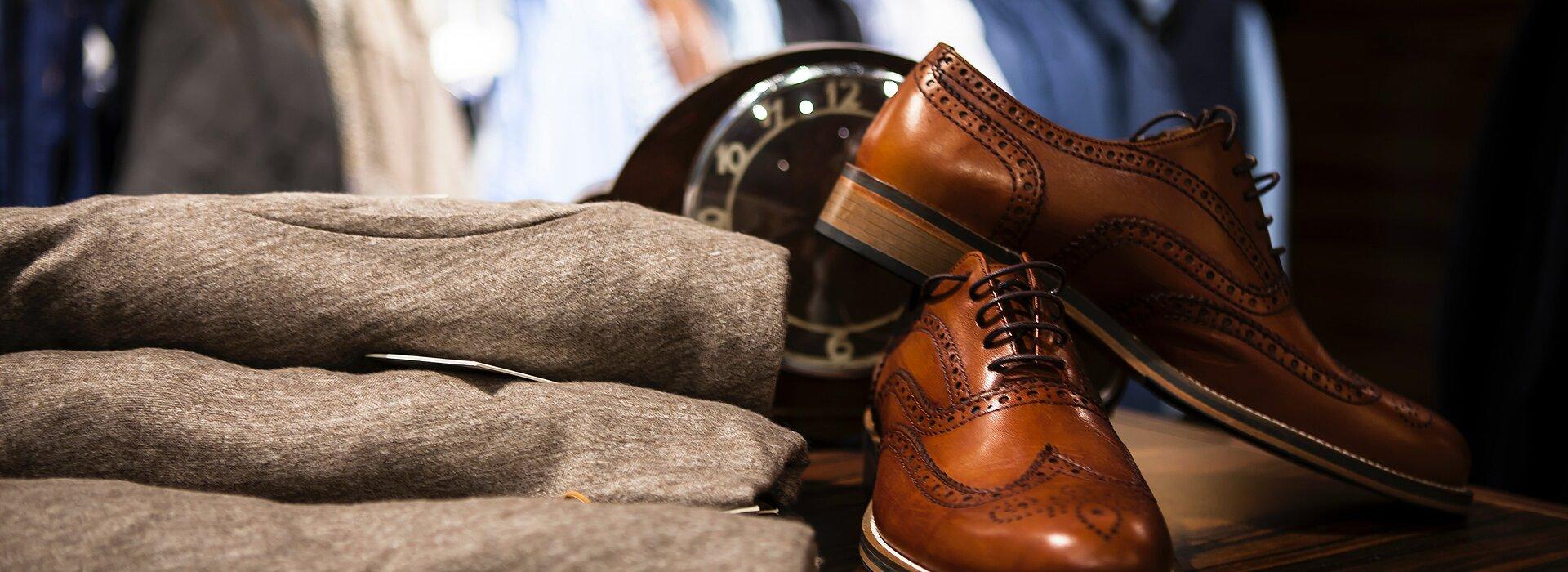 peças de roupas e par de sapatos sobremesa de madeira