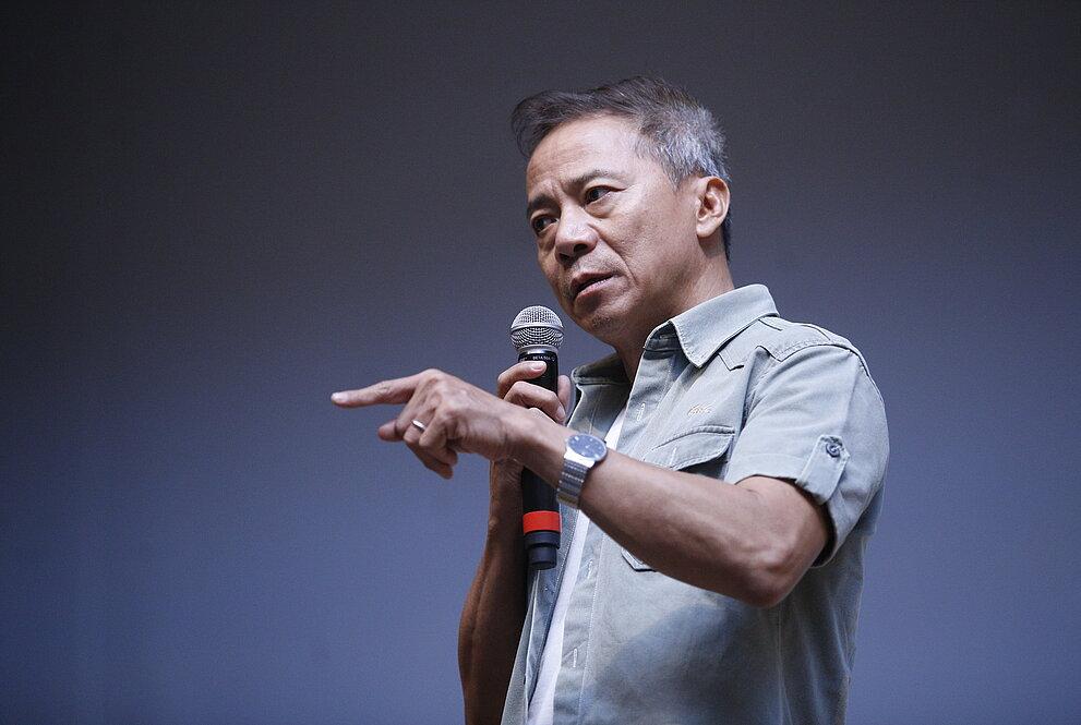 Thái gesticula durante sua apresentação na noite
