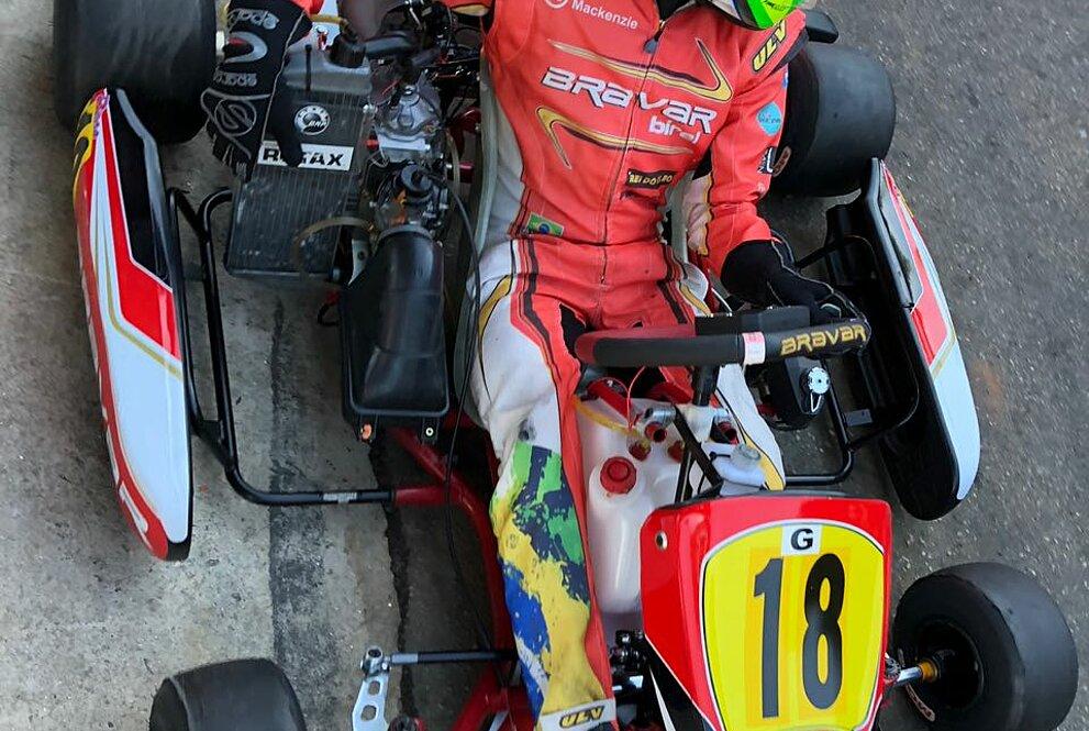 Piloto Cristian Fliter aparece no seu carro com um macacão vermelho