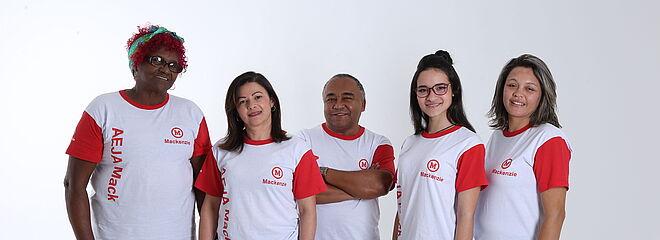Cinco alunos do AEJA Mackenzie juntos, um do lado do outro.