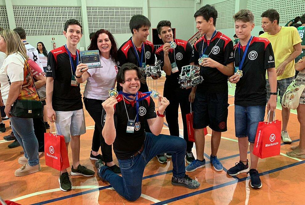 grupo de jovens exibindo medalha